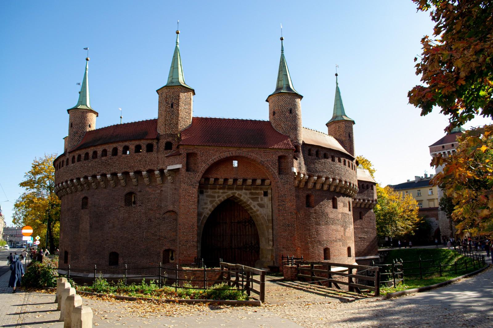 Barbakan w Krakowie obok Bramy Floriańskiej